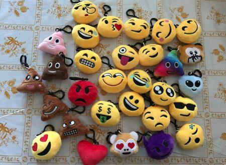 KYG pacco da 30 emoticons portachiavi peluche misti